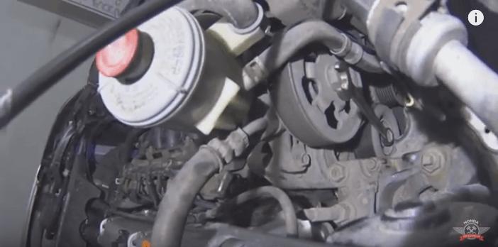 Как заменить ролик натяжителя приводного ремня на автомобиле Honda CR-V