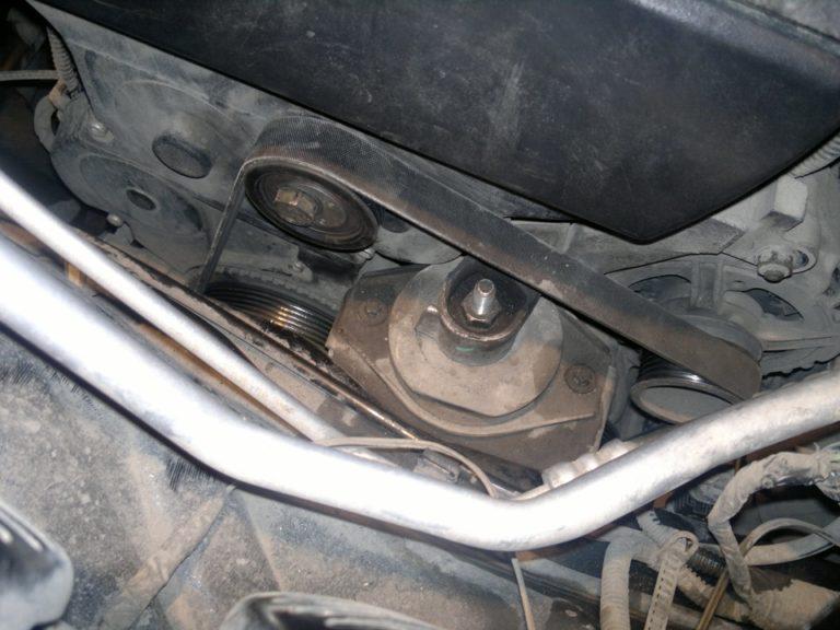Генератор Лады Приоры установленный на автомобиле