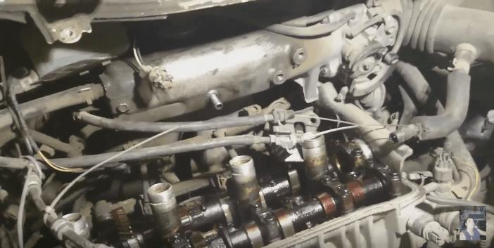 Двигатель автомобиля в разобранном состоянии.