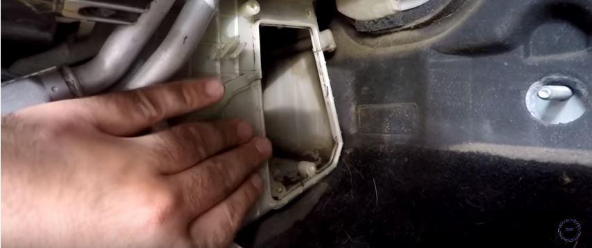Как поменять салонный фильтр на Мазде 3 своими руками