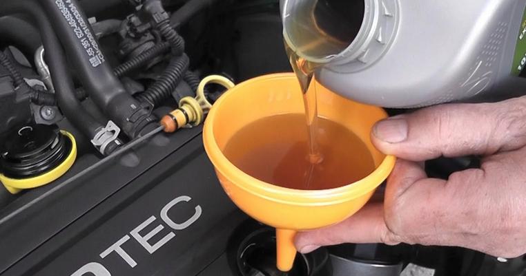 Процесс заливки моторного масла в двигатель автомобиля