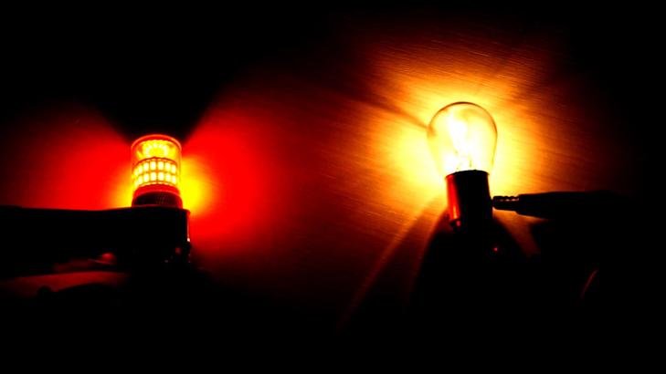 Сравнение яркости штатной лампы Лада Гранта 21P 5W и ее светодиодного аналога
