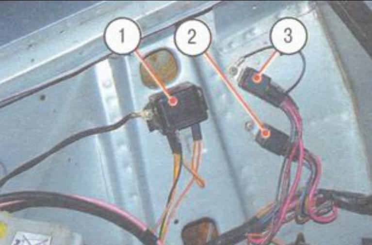 Так расположены реле Ваз 2106 в подкапотном пространстве:1 - реле сигнализатора заряда аккумуляторной батареи; 2 - реле включения дальнего света фар; 3 - реле включения ближнего света фар.