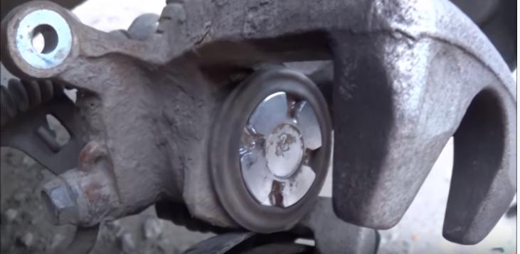 Как заменить задние тормозные колодки на Kia Rio своими руками